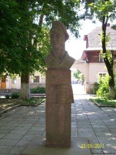 Пам'ятник Дмитру Вакарову, розташований на вулиці Карпатської України